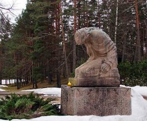 Žemės Motės skulptūra Ciesių kapinėse (Latvija), sukurta skulptoriaus K.Jansono 1966 m.