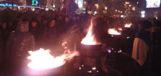 Mitinguotojai degina ugnis statinėse |  twitter.com/olarhat nuotr.