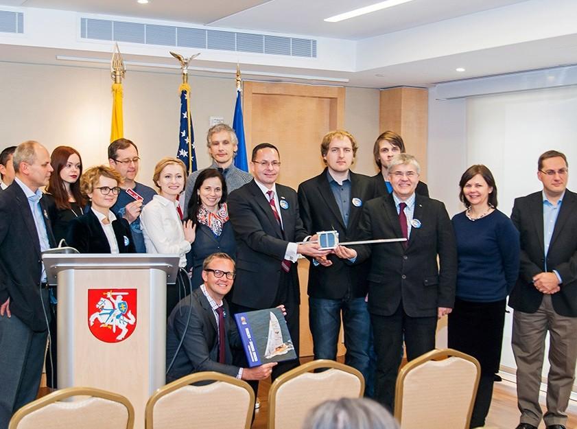 LitSat-1 palydovo komanda su Lietuvos ambasados JAV darbuotojais | usa.mfa.lt nuotr.