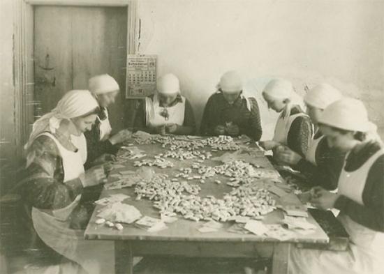 Saldainių vyniojimas 1927 m.