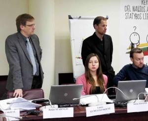 Zigmas Vaišvila kalbasi su referendumo iniciatyvinės grupės nariais ir talkininkais VRK būstinėje | Alkas.lt, J.Vaiškūno nuotr.