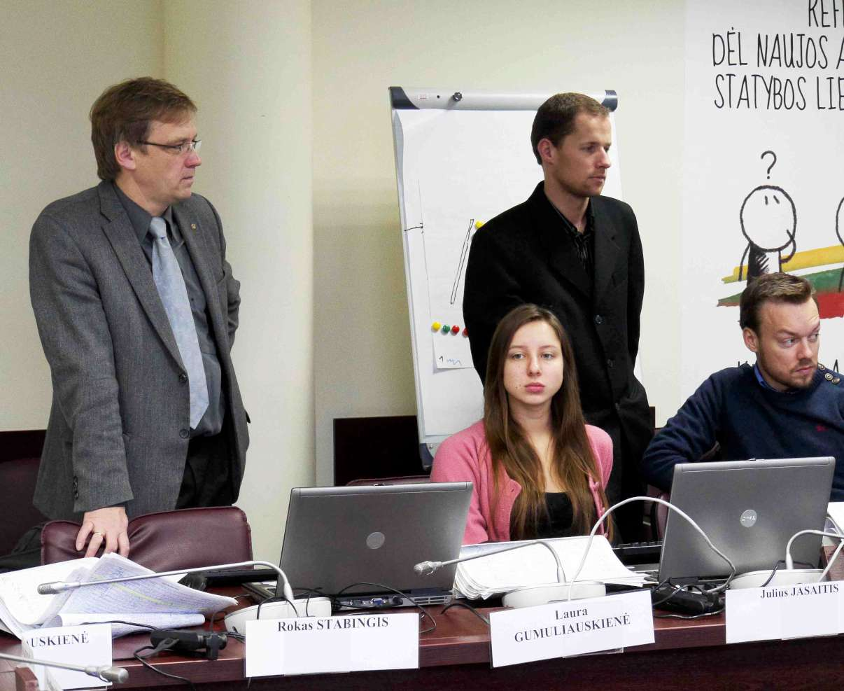 Zigmas Vaišvila kalbasi su referendumo iniciatyvinės grupės nariais ir talkininkais | Alkas.lt, J.Vaiškūno nuotr.
