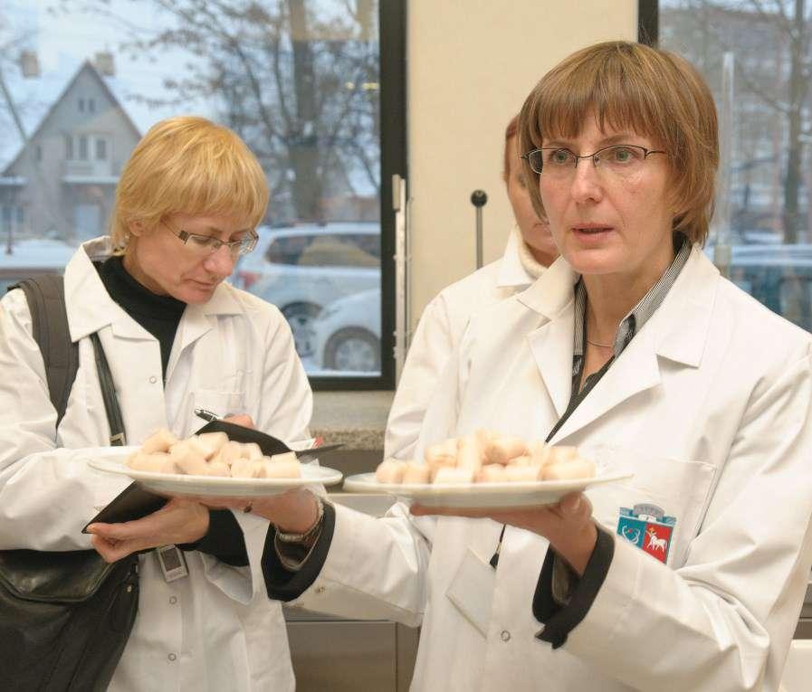 Chemikų grupei, vykdančiai elektroninės nosies eksperimentus, vadovaujanti dr. Rimantė Vinauskienė (dešinėje) | KTU nuotr.