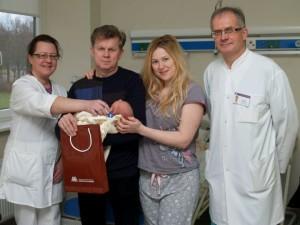 Pirmasis 2014-ųjų Santariškių klinikų naujagimis su artimaisiais ir medikais