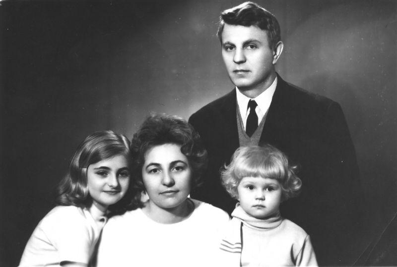 Genovaitė ir Justinas Marcinkevičiai su dukromis Ramune (kairėje) ir Justina (dešinėje), 1967 metais | Lietuvai.lt nuotr.