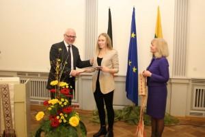 Vasario 16-osios vardo stipendija iš švietimo mokslo ministro D.Pavalkio ir Gimnazijos direktorės dr. B.Narkevičienės rankų