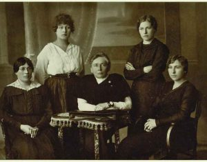 Steigiamojo Seimo atstovės. Sėdi iš kairės: Emilija Spudaitė-Gvildienė, Gabrielė Petkevičaitė-Bitė, Magdalena Draugelytė-Galdikienė. Stovi iš kairės: Ona Muraškaitė-Račiukaitienė, Salomėja Stakauskaitė. 1921 m. Fotografas nežinomas. Nuotrauka saugoma Panėvėžio kraštotyros muziejuje, PKM GEK 920/F 72