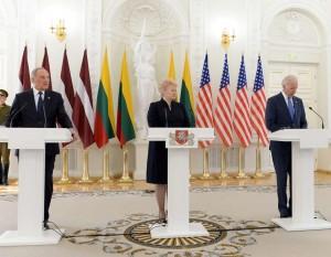 Latvijos prezidentas A.Bėrzinis, Lietuvos prezidentė D.Grybauskaitė ir JAV viceprezidentas Dž.Baidenas | lrp.lt, R.Dačkaus nuotr.