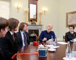 Prezidentė D. Grybauskaitė susitiko su pirmųjų lietuviškų palydovų kūrėjais | lrp.lt, R.Dačkaus nuotr.