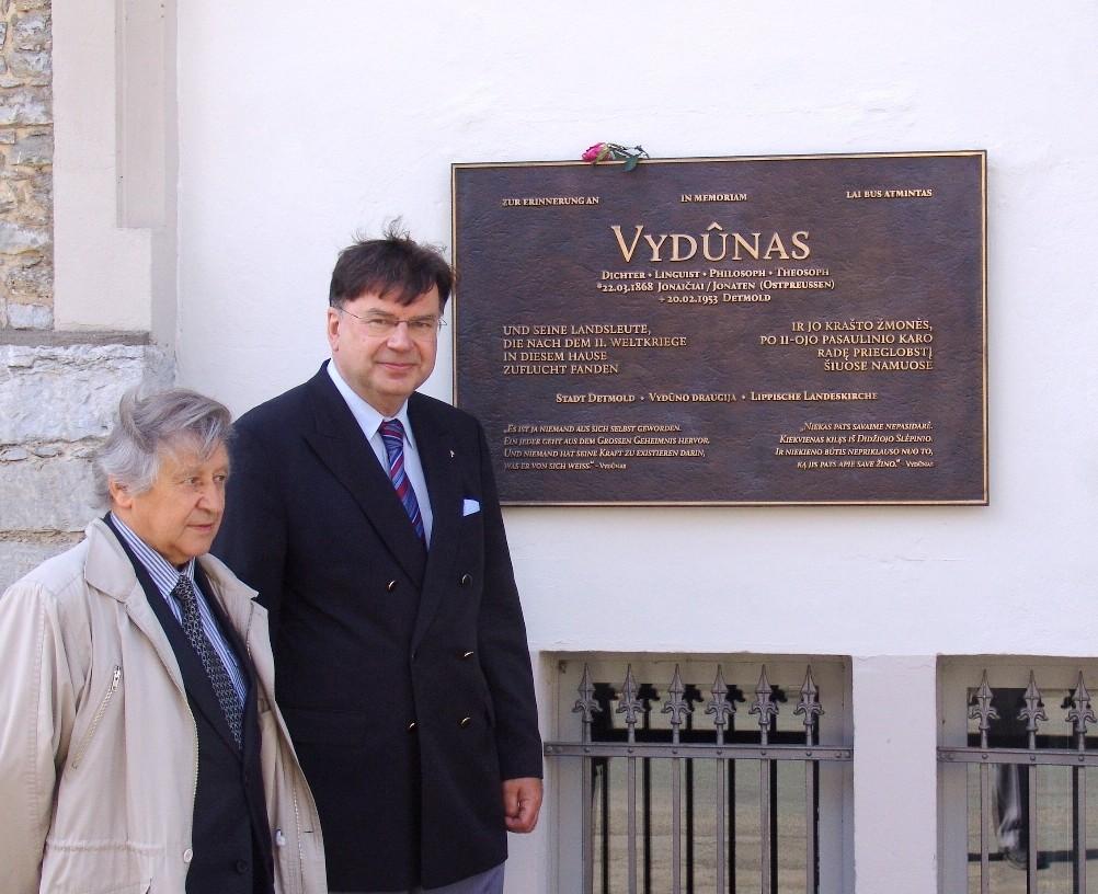 V. Bagdonavičius ir kun. Miroslavas Danys prie Vydūno atminimo lentos | T.Staniko nuotr.