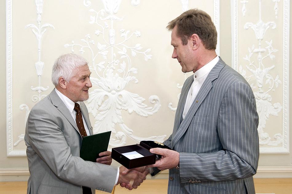 Š.Birutis įteikia apdovanojimą J.Vaitkui | lrkm.lt nuotr.