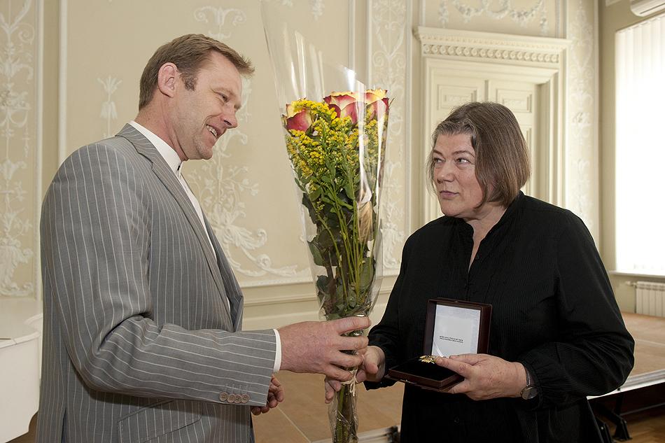 Š.Birutis įteikia apdovanojimą B.Kulnytei | lrkm.lt nuotr.