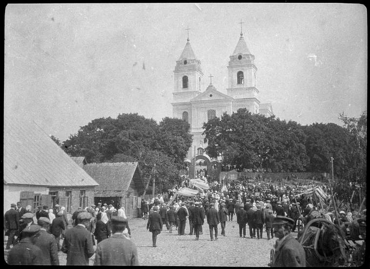 1932 m. birželio 29 d. Šv. Apaštalų Petro ir Povilo atlaidai Molėtuose. Ši tradicija tęsiama iki šiol. | S.Kolupailos nuotr.