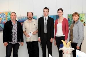 Komisijos nariai su projekto laureatais | rengėjų nuotr.