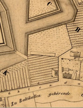 """1856 m. Kleino sudarytame plane šioje vietoje pažymėtas namas su valda (pastatas virš gatvės pavadinimo, į kairę virš """"n"""" raidės)"""