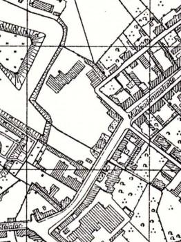 """1943 m. plane šis pažymėtas pastatas jau išplėstas (kairiau nuo """"M"""" raidės gatvės """"Muhlendammstrasse"""" pavadinime)"""