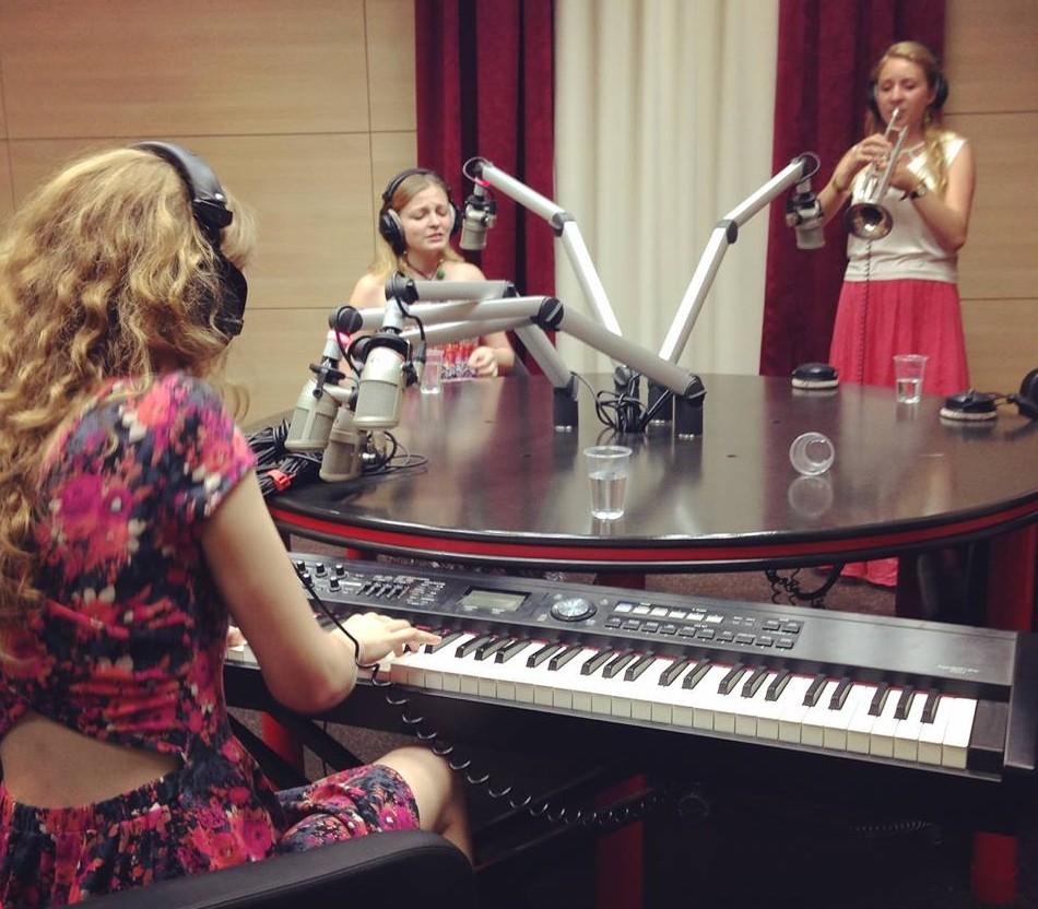 Justė, Julija ir Austėja groja Žinių radijuje   facebook.com nuotr.