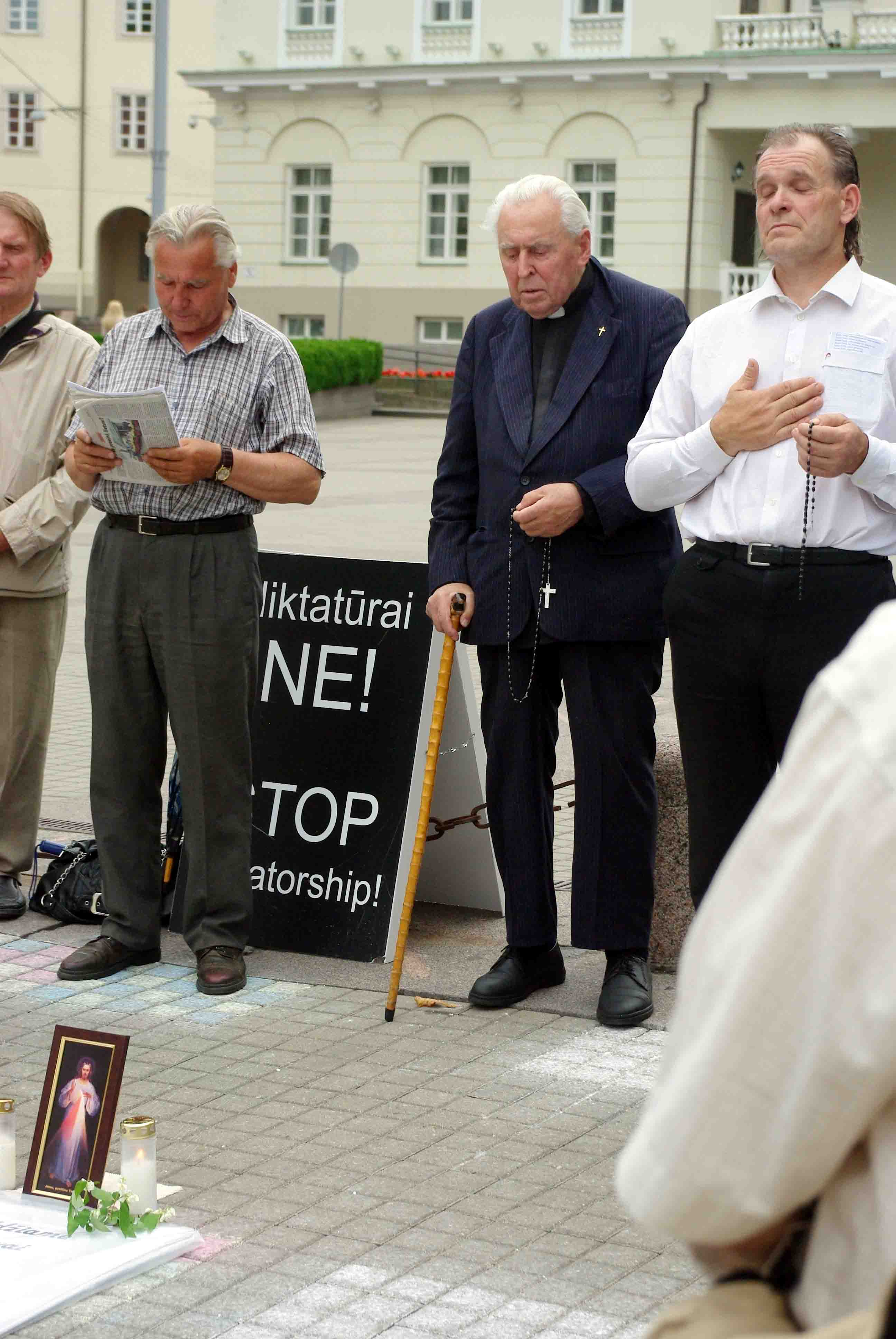 Alfonsas Svarinskas protestuodamas prieš Lietuvos valdžios vardu įvykdytą smurtą Garliavoje meldžiasi prie Prezidentūros 2012 07 01 d. | Alkas.lt, J.Vaiškūno nuotr.