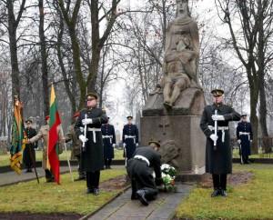 Gėlės – prieš 90 metų žuvusiųjų dėl Lietuvos laisvės atminimui Širvintose, prie Nepriklausomybės paminklo | S.Nemeikaitės nuotr.