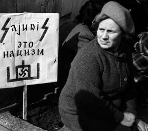 """Autonomininkų plakate užrašas: """"Sąjūdis tai nacizmas"""""""