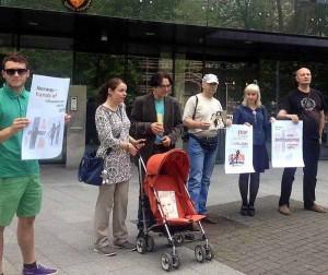 Daiva ir Bjornas Vinje piketuoja prie Norvegijos ambasados Lietuvoje | balsas.lt nuotr.