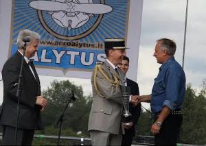 Alenas Mulja teikia taure Gintautui Staniuliui | organizatorių nuotr.
