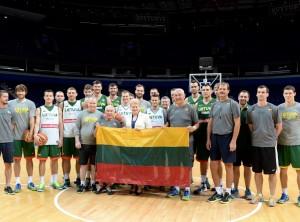 Prezidentė Lietuvos krepšinio rinktinei įteikė trispalvę | lrp.lt, R. Dačkaus nuotr.