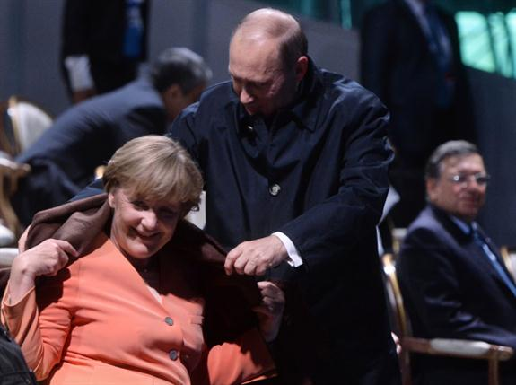 """""""Ir Europoje pradėta bruzdėti tik tada, kai buvo numuštas lėktuvas, o juk iki to meto kelis mėnesius buvo liejamas kraujas, ir Merkel lyg niekur nieko glebėsčiavosi su """"mūsų viskuo"""". RIA Novosti, R. Jandolino nuotr."""