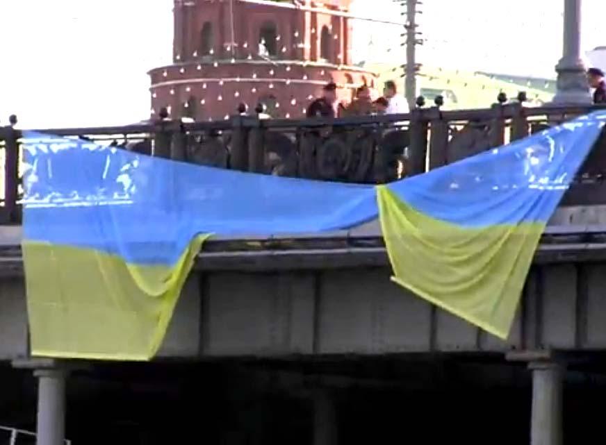 Ukrainos vėliavą bandyta išskleisti prie Kremliaus | youtube.com nuotr.