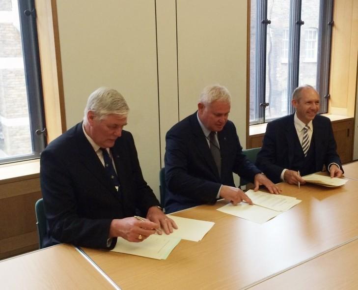 Ketinimų protokolą pasirašo Vytautas Grubliauskas, prof. Grahamas Hendersonas ir Andy Welshas | klaipeda.lt nuotr.