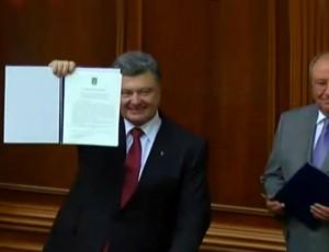 Ukrainos prezidentas Petro Porošenko su ratifikuota sutartimi | stopkadras