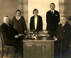 Jonas Budrys su savo personalo darbuotojais