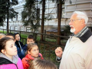 Ekskursijos vadovas Zigmas Tamakauskas prie Genocido aukų muziejaus mokiniams kalba apie istoriją | rengėjų nuotr.