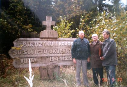 Prie Vyties kuopos partizanų žeminių Antazavės šile 1998 m.: iš kairės partizanas Pranas Namajūnas, Jonas Nemanis ir inžinierius Ildefonsas Maldauskas | asmeninė nuotr.