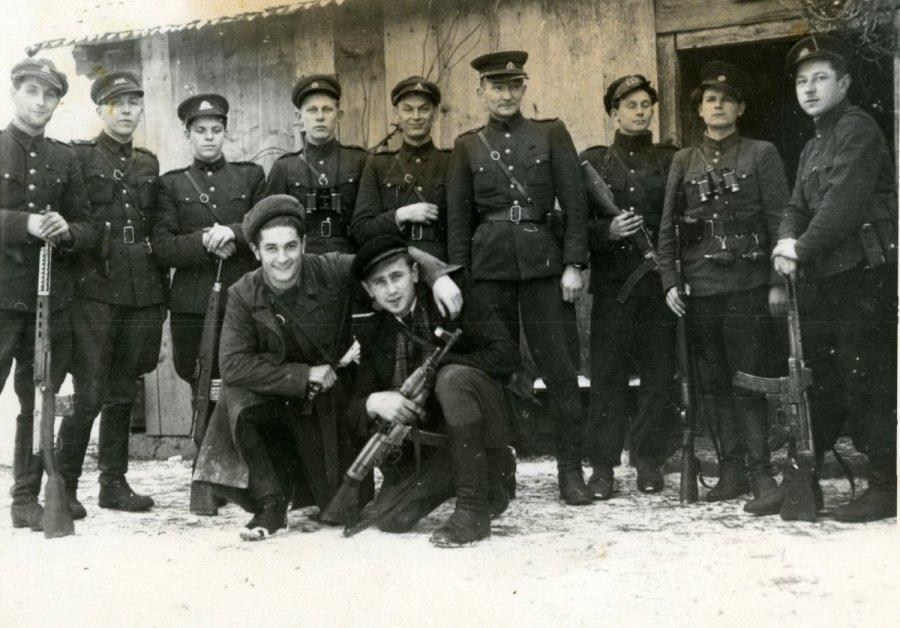 Juozas Lukša-Daumantas ir Kazimieras Pyplys-Audronis (pirmoje eilėje priklaupę) prieš žygį į Vakarus atsisveikina su Tauro apygardos partizanais. 1947 m. gruodžio 16 d.   Genocido aukų muziejaus nuotr.