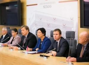 Seimo-ir-Pasaulio-lietuviu-bendruomenes-komisijos-nariu-spaudos-konferencija-20141114-o.posaskovos-nuotr