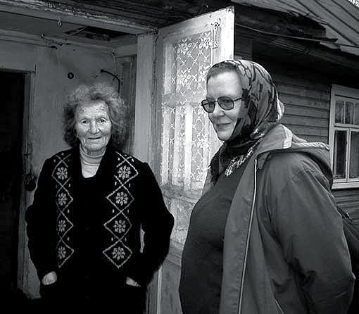 Ida Stankeviciute (dešinėje) lkalbasi su pateikėja, 2004 m. | V. Vaitkeviciaus nuotr.