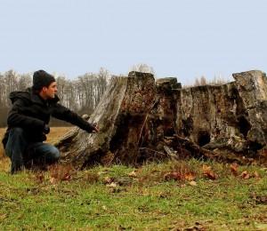 Denisas Nikitenka prie Norkaičių (Šilutės r.) dvaro švento ąžuolo kelmo | D.Nikitenkos asm. nuotr.