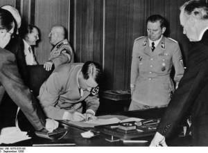 undesarchiv Bild 146-1976-033-06 | Hitleris pasirašo Miuncheno susitarimą |