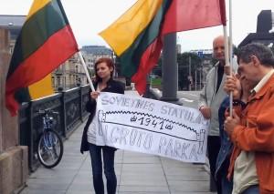 Tautininkai protestuoja prieš sovietines Žaliojo tilto skulptūras 2012-06-23 d. | Alkas.lt nuotr.