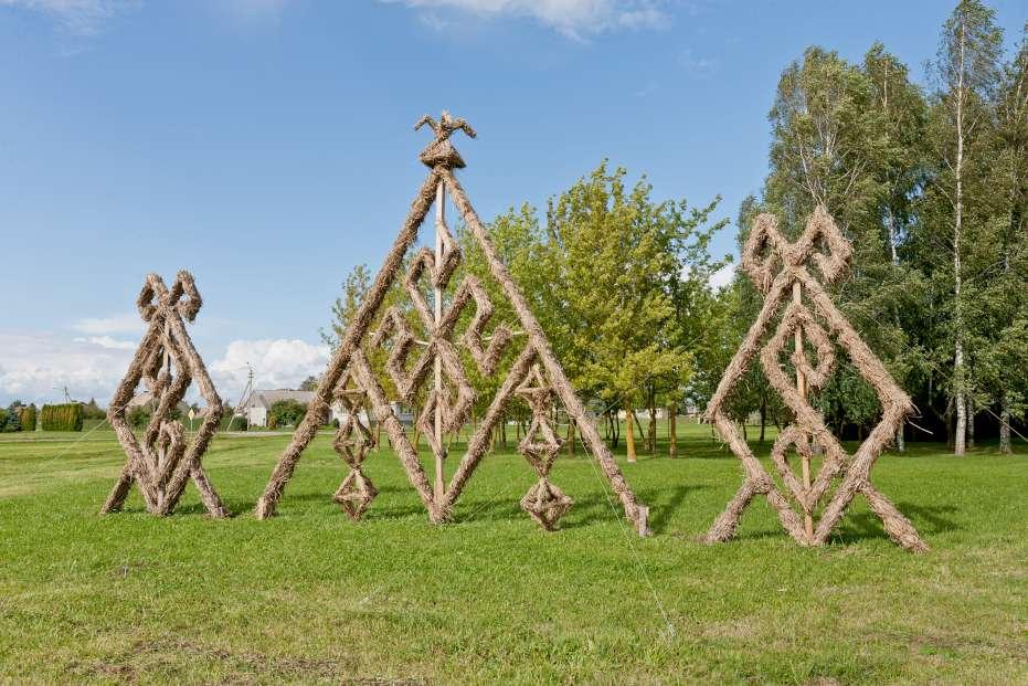 Naisiai. Šiaudinės skulptūros   V. Puzero nuotr.