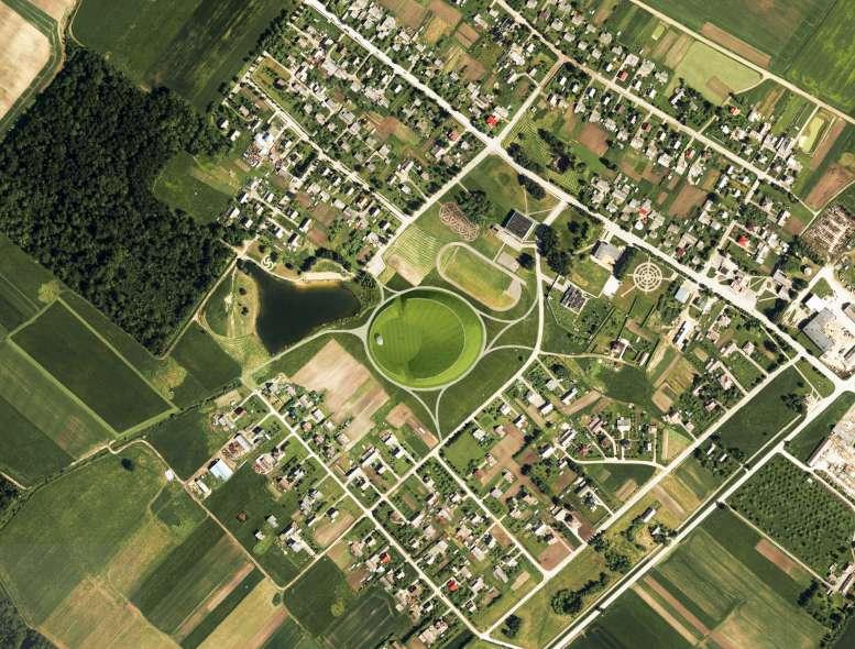 Naisiai. Viduryje matoma baltų arena   V. Puzero nuotr.