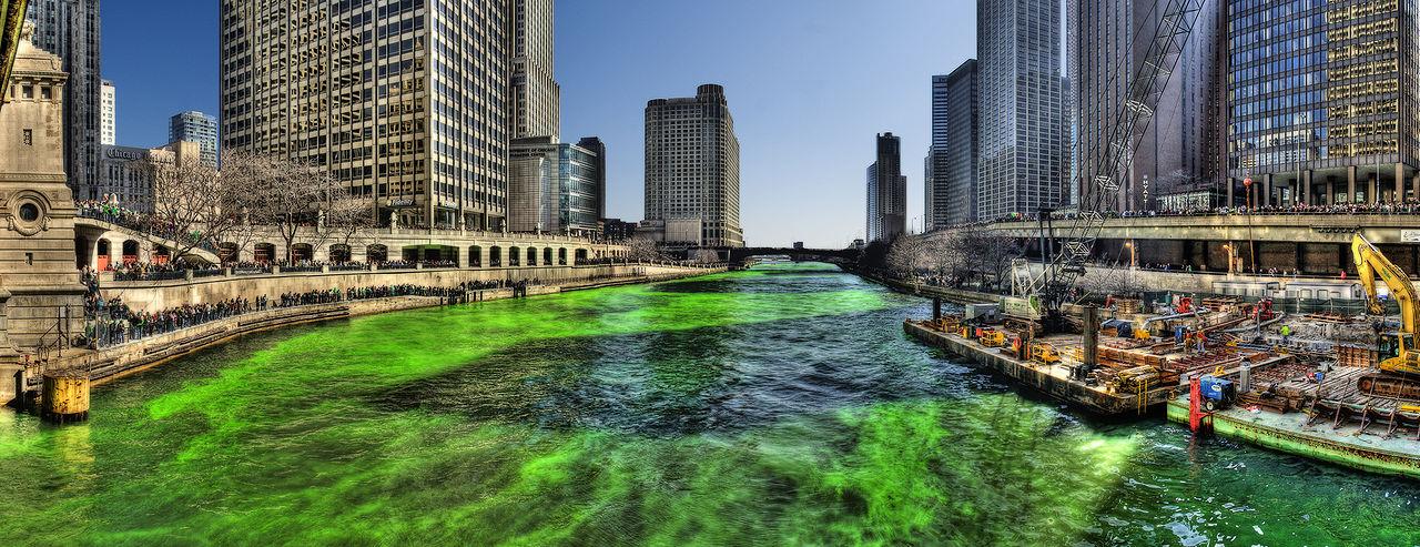 Pažaliavusi Čikagos upė Šv. Patriko dieną 2009 m.   Wikimedia Commons nuotr.