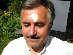 Šio straipsnio autorius Jonas Vaiškūnas su 2008 metų Saulės užtemimo vaizdo projekcija į kaktą…. | Alkas.lt nuotr.