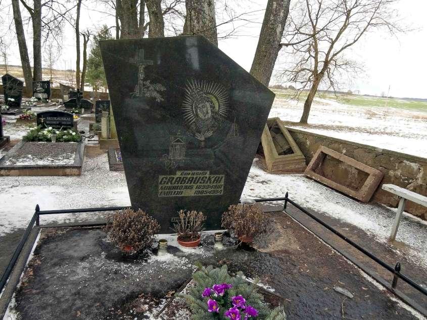 Kriklinų kaimo kapinėse, Pasvalio r., ilsisi du kartus savanoriškai į Lietuvos kariuomenę įstojusio Mikalojaus (Miko) Grabausko (1899–1981), palaikai. Po to, kai 1920 m. sausio 16 d. M. Grabauskas dėl silpnos sveikatos buvo atleistas iš karinės tarnybos, antrą kartą jis savanoriu tapo 1920 m. spalio 13 d., t.y. praėjus kelioms dienoms po to, kai Lenkija sulaužė Suvalkų sutartį ir okupavo Vilnių. Algimanto Stalilionio nuotrauka.