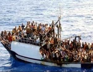 Migrantai perpildytame laive | youtube.com sustapdyta akimirka