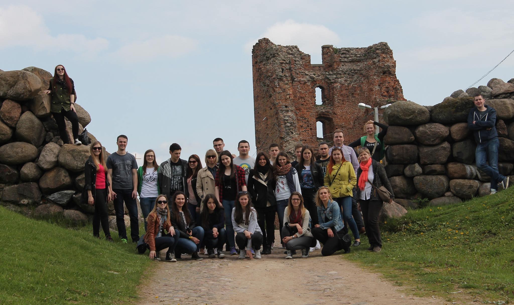 Uzsienio lietuviai prie Naugarduko pilies