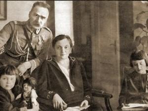 J. Pilsudskis su Aleksandra ir vaikais | wikimedia.org nuotr.