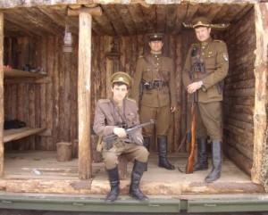 Rekonstruotame partizanu bunkeryje LGGRTC darbuotojai istorikai Darius Juodis, Vilius Kyguolis ir Grenadieriaus klubo narys Ramunas Skvireckas-genocidas.lt