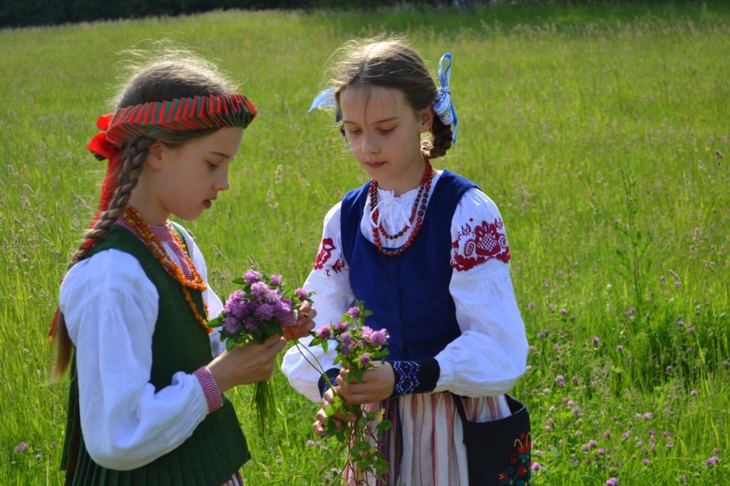 """Kategorijoje """"Asmeninis vaikiškas tautinis kostiumas"""" geriausiais komisiją išrinko dvynukių Saulės ir Auksės Dovidėnaičių iš Vilniaus kostiumus"""